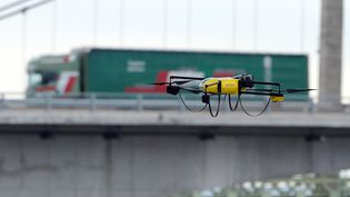 Un drone assure la surveillance d'un pont à Roquemaure (Vaucluse). (BORIS HORVAT / AFP)