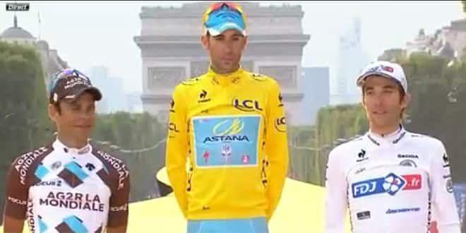 Vincenzo Nibali encadré par les deux Français, Jean-Christophe Péraud et Thibault Pinot, sur le podium du Tour 2014