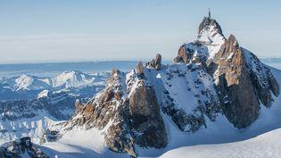 L'aiguille du Midi, dans le massif du Mont-Blanc (Haute-Savoie), le 21 janvier 2014. (JEAN-PAUL CHATAGNON / AFP)