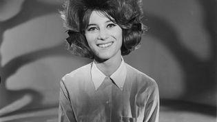 """Sheila lors de l'émission télévisée """"Du yoyo au yéyé"""", le 3 avril 1964 (GEORGES CHEVRIER / INA / AFP)"""