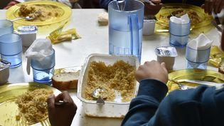 Des enfants déjeunent à la cantine, le 13 septembre 2017, dans une école municipale de Bordeaux (Gironde). La vaisselle en plastique doit être remplacée par de la vaisselle en céramique, a annoncé la mairie. (GEORGES GOBET / AFP)