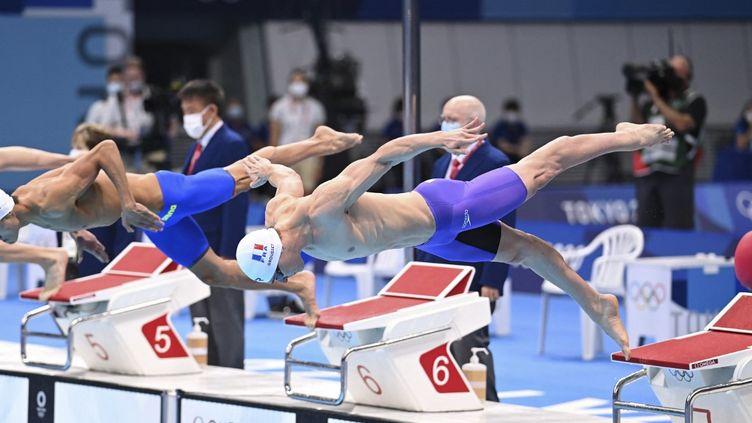Maxime Grousset lors de la demi-finale du 100 m nage libre masculin lors des Jeux olympiques de Tokyo, le 28 juillet 2021. (KEMPINAIRE STEPHANE / KMSP / AFP)