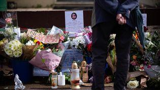 """Un passant devant la maison de Chahinez, victime d'un féminicide, à Mérignac (Gironde), le 7 mai 2021. Le policier qui avait pris sa plaintevenait d'être condamné à huit mois de prison avec sursis pour""""violences habituelles""""sur son ex-conjointe. (STEPHANE DUPRAT / HANS LUCAS / AFP)"""