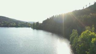 L'air est toujours pur au cœur du massif des Vosges. C'est un petit paradis pour les amateurs de randonnée. Entre lacs naturels, cascades glaciaires et forêts de conifères, la station de Gérardmer (Vosges) retrouve ses touristes locaux et se prépare pour la saison estivale. (France 3)