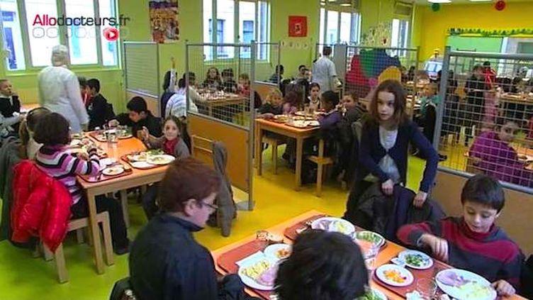 Plan pauvreté : des petits-déjeuners gratuits à l'école et la cantine à 1 euro