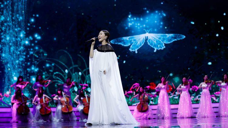 La chanteuseTan Weiwei lors d'un gala à Shanghaï (Chine), le 23 juin 2019. (MAXPPP)