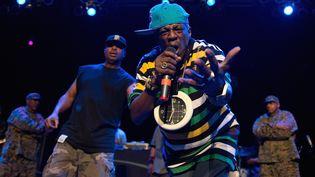 Flavor Flav (avec la pendule au premier plan) et Chuck D. (à gauche), lors d'un concert de Public Enemy le 5 décembre 2012 à la House of Blues de Chicago (Illinois, Etats-Unis). (DANIEL BOCZARSKI / REDFERNS / GETTY)