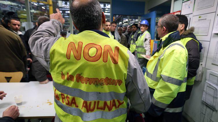 Des ouvriers de l'usine PSA de Saint-Ouen, le 18 janvier 2013. (THOMAS SAMSON / AFP)