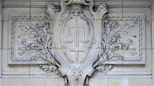 Un relief représentant le blason de la Justice et sa balance, le 17 octobre 2011 au Palais de justice de Paris. (JACQUES DEMARTHON / AFP)