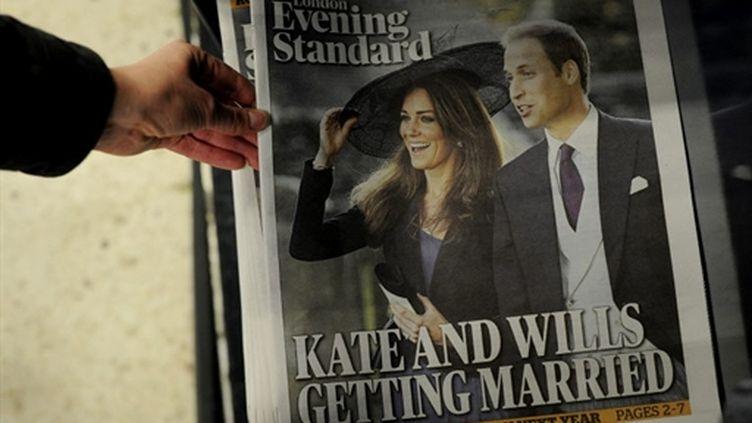 """Un exemplaire du journal britannique l'""""Evening Standard"""", le 16 novembre 2010, après l'annonce des fiançailles royales. (AFP/CARL COURT)"""
