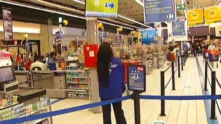 L'hypermarché Carrefour a mis en place un dispositif de file unique pour accéder aux caisses. (FRANCE 2 / FRANCETV INFO)