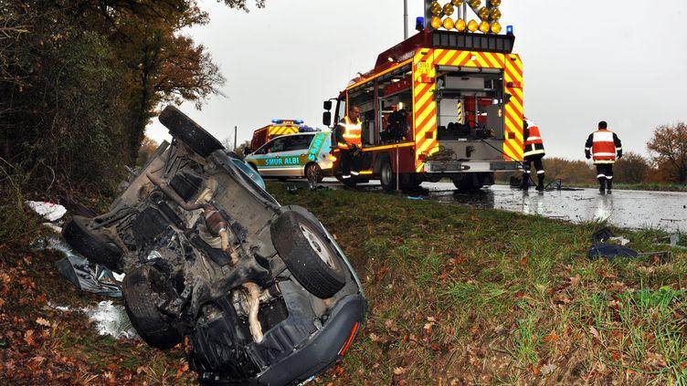 Un accident de la route près de Lombers (Tarn), le 8 décembre 2011. (JEAN MARIE LAMBOLEY / LA DEPECHE DU MIDI / MAXPPP)