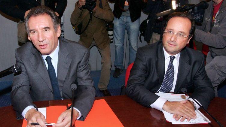 De gauche à droite, François Bayrou et François Hollande, à l'Assemblée nationale, le 26 septembre 2007à Paris. (MEHDI FEDOUACH / AFP)