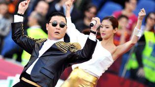 """L'artiste sud-coréen Park Jae Sang aliasPsy danse sur sontube mondial """"Gangnam Style"""" en 2013. (TIZIANA FABI / AFP)"""