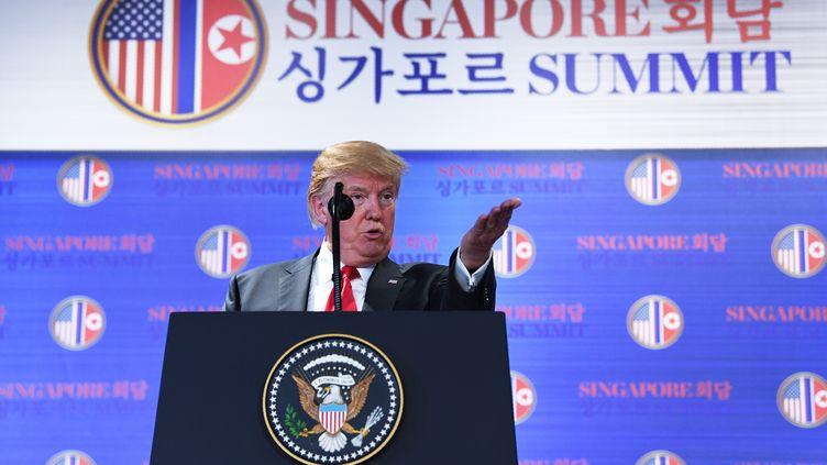 Le président américain Donald Trump, le 12 juin 2018 à Singapour, lors d'une conférence de presse après la signature d'un accord avec le dirigeant nord-coréen Kim Jong-un. (SAUL LOEB / AFP)
