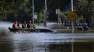 Des sauveteurs évacuent des habitants touchés par les inondations liées au passage de la tempête Harvey, à Houston (Texas), le 31 août 2017. (MARK RALSTON / AFP)