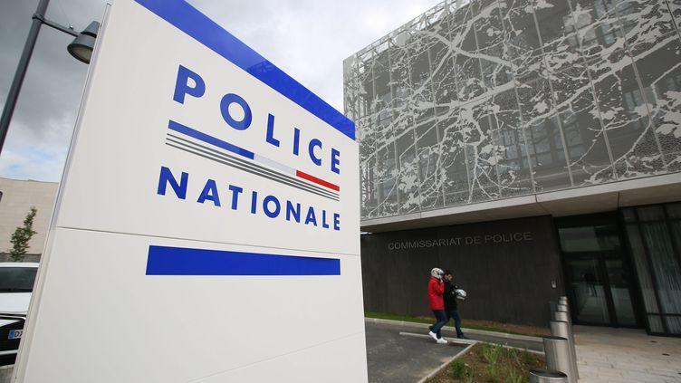 Devant le commissariat des Mureaux (Yvelines), le 14 juin 2016. (MAXPPP)