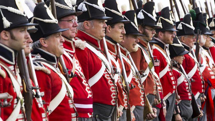 Des passionnés en costume participent aux commémorations du bicentenaire de la bataille de Waterloo (Belgique), le 17 juin 2015. (YVES HERMAN / REUTERS)