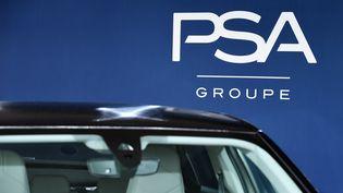 Le groupe PSA s'allie à Total pour fonder une co-entreprise de fabrication de batteries. (ERIC PIERMONT / AFP)