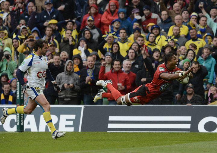 L'arrière anglais Delon Armitage inscrit l'essai de la victoire pour Toulon devant Clermont-Ferrand en finale de la Coupe d'Europe à l'Aviva Stadium de Dublin, le 18 mai 2013. (FRANCK FIFE / AFP)