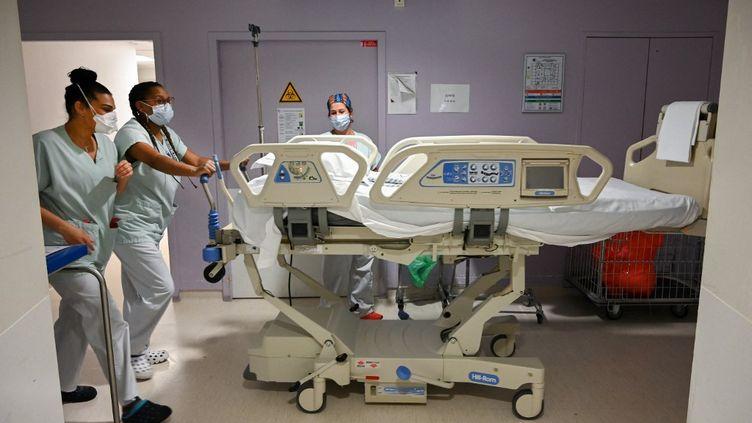 Des soignantes s'activent aux urgences de l'hôpital André-Grégoire de Montreuil (Seine-Saint-Denis), le 1er avril 2021. (BERTRAND GUAY / AFP)