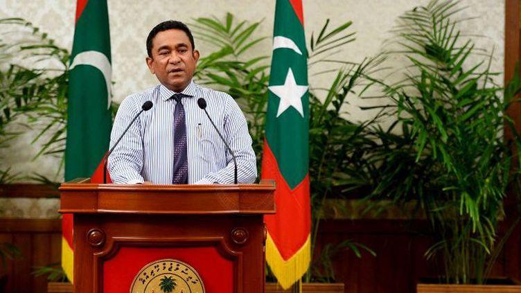 A Malé, capitale des Maldives, le 25 octobre 2015, le président Abdulla Yameen annonce la destitution de son vice-président Ahmed Adeeb qu'il soupçonne d'avoir voulu attenter à sa vie, lors d'une explosion sur son yacht en septembre dernier. (AFP PHOTO / MALDIVES PRESIDENCY)