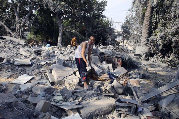 Un Palestinien dans les décombres d'une maison de Chajaya en banlieue de Gaza, le 20 juillet 2014. ( IBRAHEEM ABU MUSTAFA / REUTERS)