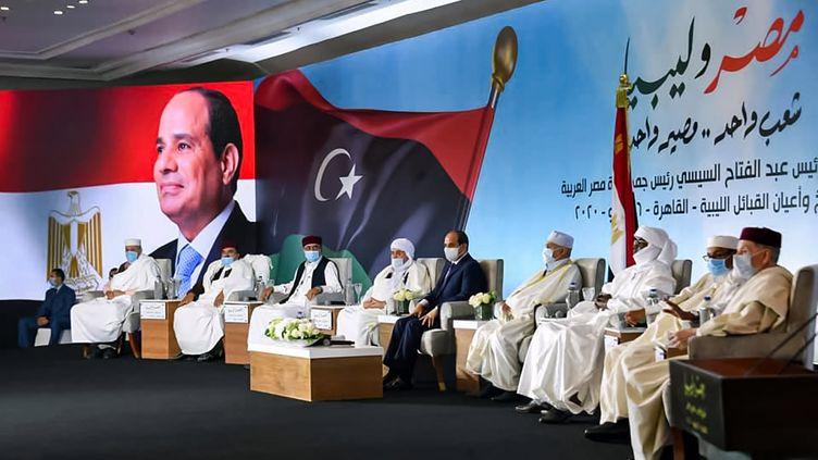 Cette photo publiée sur la page Facebook officielle du porte-parole présidentiel égyptien le 16 juillet 2020 montre le président Abdel Fattah al-Sisi (au centre) rencontrant les chefs de tribus Liyban masqués (en raison de la pandémie de coronavirus Covid-19) lors d'une conférence dans la capitale égyptienne, Le Caire. (EGYPTIAN PRESIDENCY/AFP)