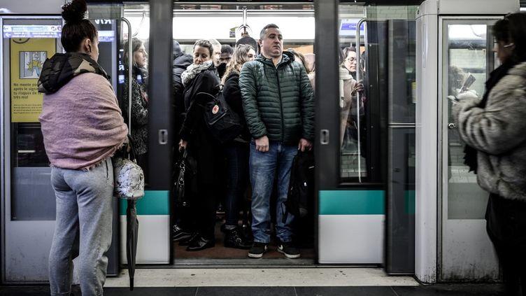 Dans une station de métro de la ligne 1 à Paris, le 12 décembre 2019, en pleine grève contre la réforme des retraites. (PHILIPPE LOPEZ / AFP)