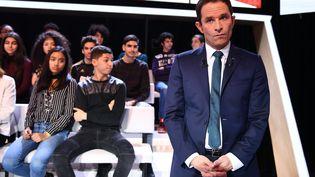 Le candidatsocialiste à la présidentielle, Benoît Hamon, le 9 mars 2017 sur le plateau de L'Emission politique, de France 2. (GABRIEL BOUYS / AFP)