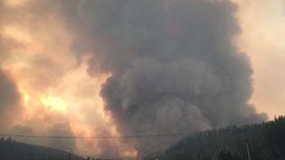 D'épaisses fumées cernent mardi 3 mai Fort McMurray, dans l'Alberta (sud du Canada), dévasté par les flammes. (CITIZENSIDE/JACOB BRAUN / AFP)