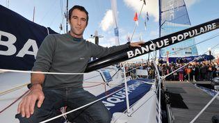 Armel Le Cleac'h pose sur son bateau Banque Populaire le 22 octobre 2012 aux Sables d'Olonne (FRANK PERRY / AFP)