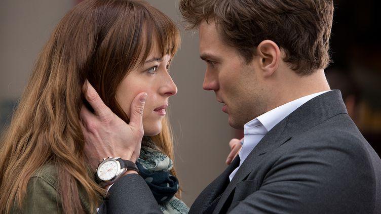 """Dakota Johnson joue Anastasia Steele et Jamie Dornan interprète Christian Grey, dans le film """"50 Shades of Grey"""", qui sort en France le 11 février 2015. (UNIVERSAL INTERNATIONAL PICTURES)"""