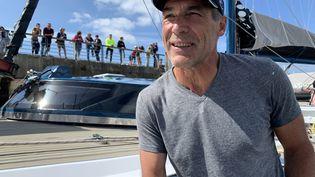 Mike Horn sur le pont du Pangaea, mardi 7 juillet,à Brest. (NICOLAS OLIVIER / FRANCE BLEU BREIZH IZEL)
