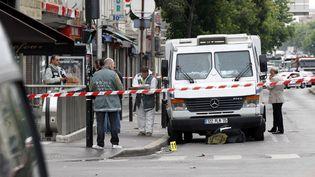 Un fourgon blindé a été victime d'une attaque devant une agence BNP Paribas à Aubervilliers (Seine-Saint-Denis), le 4 juin 2012. (THOMAS SAMSON / AFP)