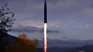 L'agence officielle nord-coréenne KCNAdévoile une image du missilehypersonique testé par le pays le 28 septembre 2021. (STR / KCNA VIA KNS / AFP)
