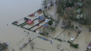 Des inondations, des tempêtes de plus en plus fréquentes et des incendies, c'est le programme peu réjouissant des prochainesdécenniesselon l'Agence européenne pour l'environnement, qui vient de publier ses projections pour les cinquante années à venir. Ces épisodes sont appelés à se reproduire à l'avenir, et selon les scientifiques, de nombreuses villes françaises auront les pieds dans l'eau. (France 2)