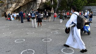 Des pèlerins à Lourdes, le 14 août 2020.    (GEORGES GOBET / AFP)