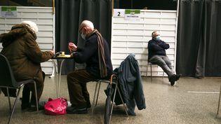 Des patients dans un centre de vaccination contre le Covid-19 à Romans-sur-Isère (Drôme), le 15 janvier 2021. (NICOLAS GUYONNET / HANS LUCAS / AFP)
