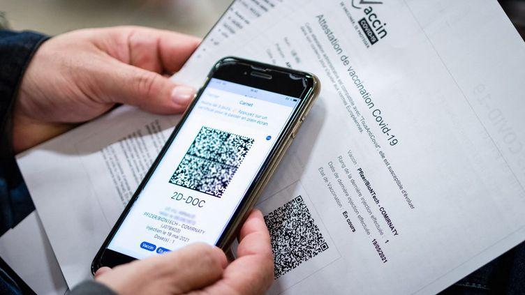 Une personne présentant son QR code, le 19 mai 2021 à Perpignan (Pyrénées-Orientales). (ARNAUD LE VU / HANS LUCAS / AFP)
