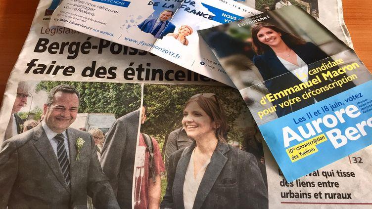 Aurore Bergé, élue LR à Magny, a été investie par La République en marche dans la 10e circonscription des Yvelines, actuellement détenue par le président du Parti chrétien-démocrate Jean-Frédéric Poisson. Ci-contre le tracts de campagne des deux candidats. (MATTHIEU GORISSE-MONDOLONI / RADIO FRANCE)