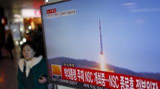 Une télévision sud-coréenne diffuse des images d'un tir de fusée nord-coréen, le 7 février 2016 à Séoul (Corée du Sud). (KIM HONG-JI / REUTERS)