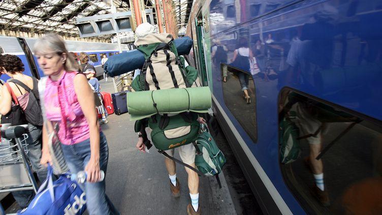 Des voyageurs portant des sacs à dos, gare de Lyon, en 2006, à Paris (photo d'illustration). (FRED DUFOUR / AFP)