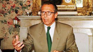 Lepréfet Claude Erignac dans son bureau à Ajaccio (Corse-du-Sud), peu avant sa mort. (P.A. FOURNIL / MAXPPP)