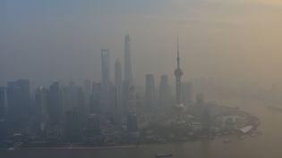 La ville de Shangaï (Chine) plongée dans un nuage de pollution, le 15 décembre 2015. (SHEN CHUNCHEN / IMAGINECHINA / AFP)