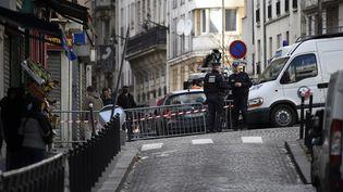 Des policiers aux abords de la rue de la Goutte-d'Or où un homme a été tué par balles devant le commissariat, jeudi 7 janvier 2016. (LIONEL BONAVENTURE / AFP)