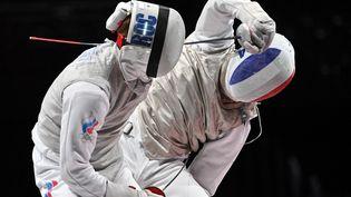 La riposte de Julien Mertine sur le RusseKirill Borodachev, lors de la finale de l'épreuve par équipes du fleuret des Jeux olympiques de Tokyo, le 1er août 2021. (FABRICE COFFRINI / AFP)