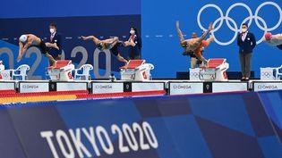 Florent Manaudou, Caeleb Dressel et Bruno Fratus au départ du 50 m nage libre masculin aux Jeux de Tokyo, le 1er août 2021. (ATTILA KISBENEDEK / AFP)