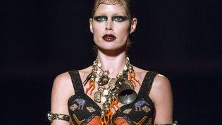Un mannequin féminin au défilé Givenchy prêt-à-porter masculin automne-hiver 2015-16, à Paris..  (ETIENNE LAURENT)