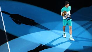 Le Serbe Novak Djokovic célèbre sa victoire à l'Open d'Australie, le 21 février 2021, à Melbourne. (PATRICK HAMILTON / AFP)